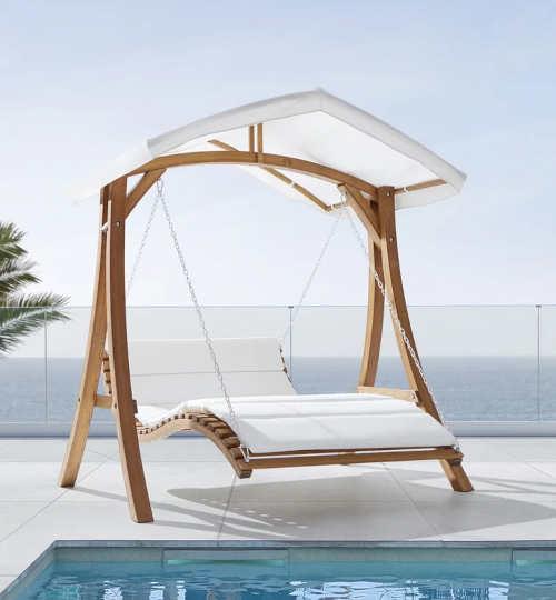 Moderní houpačka se stříškou k zahradnímu bazénu