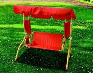 Červená dětská houpačka na zahradu