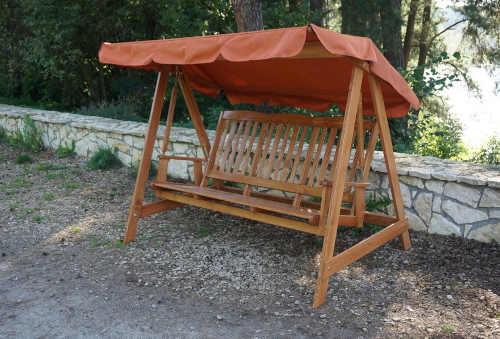 moderní houpačka ze dřeva